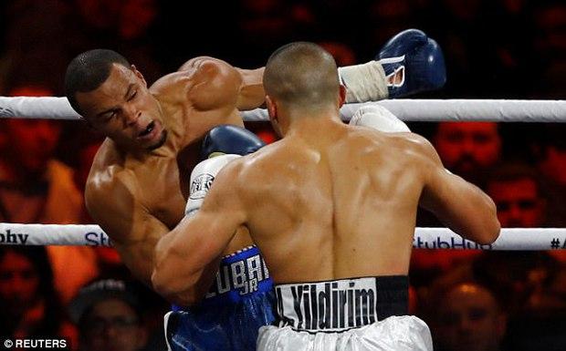"""Xem boxing, khán giả tẩn nhau như phim """"Bụi đời chợ lớn"""" - Ảnh 4."""