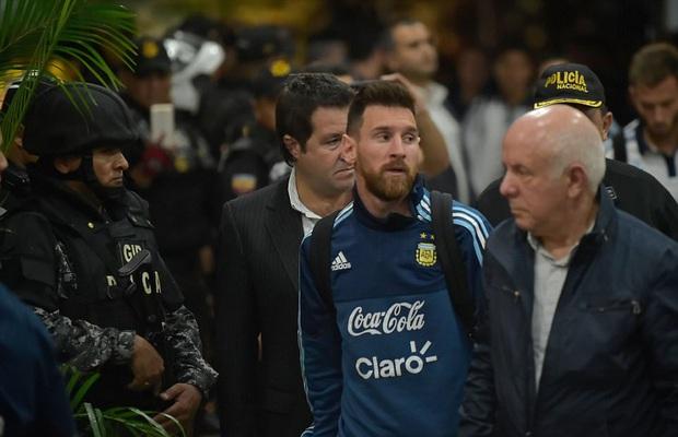 Cảnh sát Ecuador trang bị súng ống bảo vệ Messi và đội tuyển Argentina - Ảnh 1.