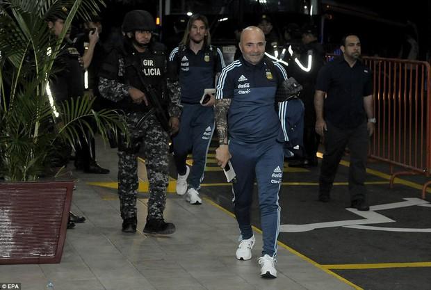 Cảnh sát Ecuador trang bị súng ống bảo vệ Messi và đội tuyển Argentina - Ảnh 3.