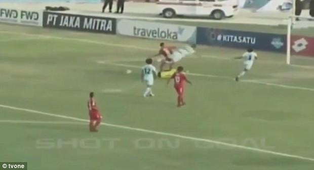 Sốc: Thủ môn Indonesia thiệt mạng sau pha va chạm kinh hoàng với đồng đội - Ảnh 2.