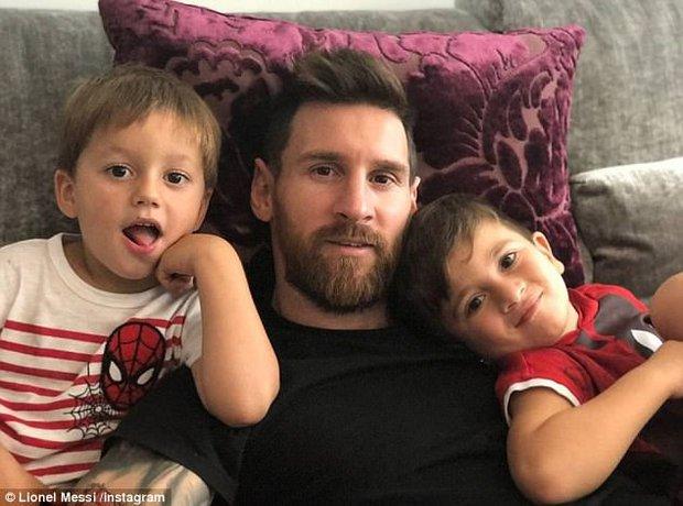 Ronaldo và Messi cùng khoe ảnh hạnh phúc bên con - Ảnh 2.