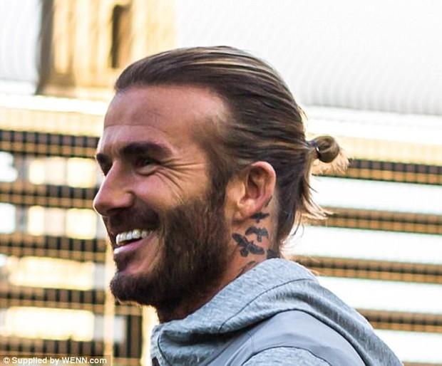 David Beckham khoe hình xăm thứ 5 trong năm 2017 - Ảnh 1.