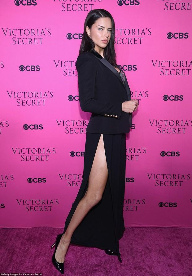 Siêu mẫu vồ ếch Ming Xi diện đồ gợi cảm đọ sắc cùng dàn thiên thần Victorias Secret trên thảm hồng - Ảnh 11.