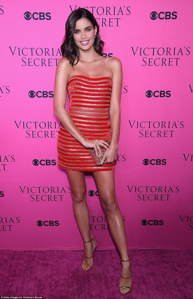 Siêu mẫu vồ ếch Ming Xi diện đồ gợi cảm đọ sắc cùng dàn thiên thần Victorias Secret trên thảm hồng - Ảnh 5.