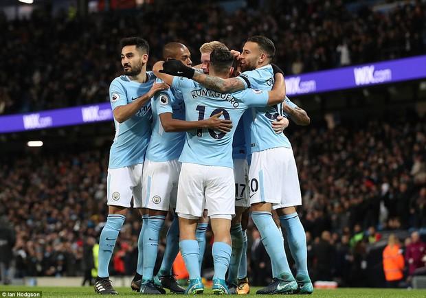 Man City thắng kịch tính phút bù giờ, lại hơn Man Utd 8 điểm - Ảnh 7.