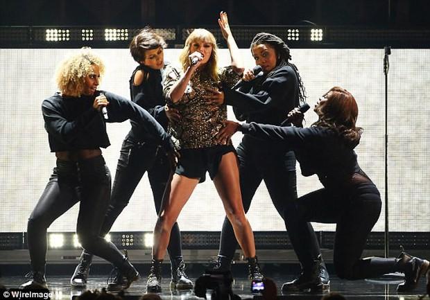 Taylor Swift khoe cặp đùi mật ong to ngang ngửa Beyoncé trên sân khấu trở lại - Ảnh 10.