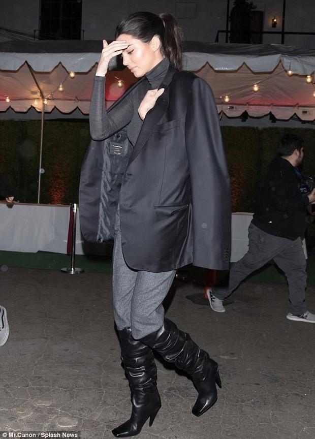Cao gần 1m80, thế mà Kendall Jenner lại nhỏ bé bất ngờ khi đi cạnh chàng bạn trai khổng lồ - Ảnh 5.
