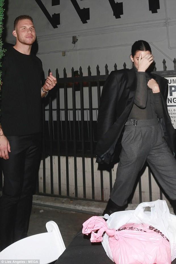 Cao gần 1m80, thế mà Kendall Jenner lại nhỏ bé bất ngờ khi đi cạnh chàng bạn trai khổng lồ - Ảnh 2.