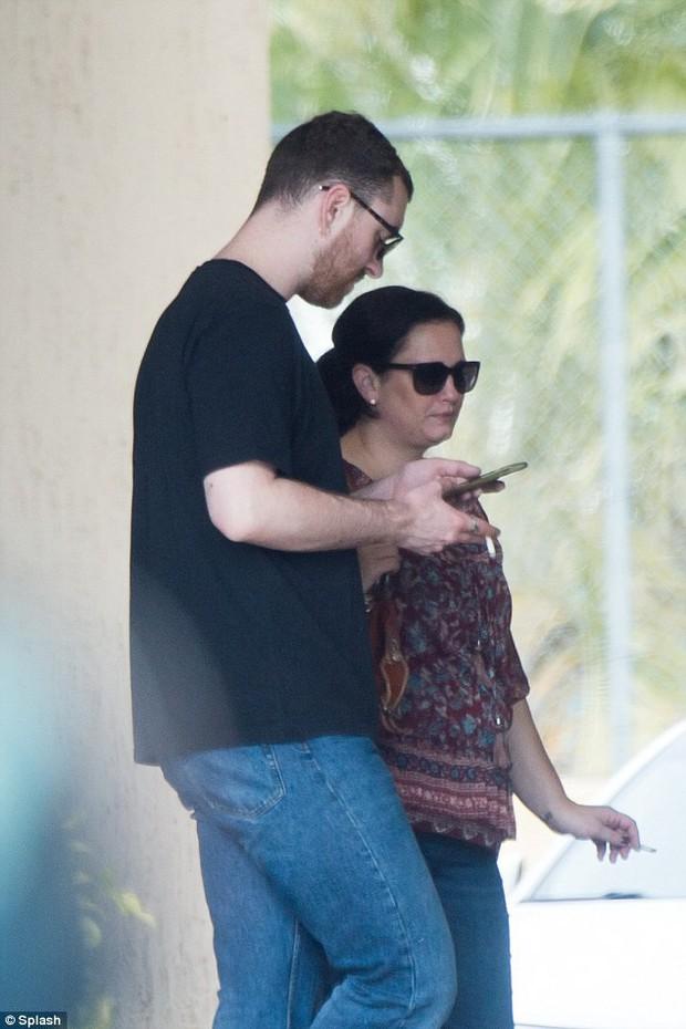 Sam Smith tay trong tay mỹ nam 13 Reasons Why ra mắt gia đình sau 3 tháng hẹn hò - Ảnh 4.