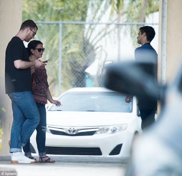 Sam Smith tay trong tay mỹ nam 13 Reasons Why ra mắt gia đình sau 3 tháng hẹn hò - Ảnh 6.
