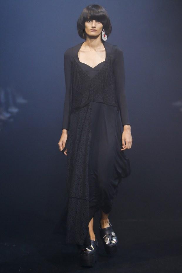 Balenciaga kết hợp với Crocs cho ra mắt mẫu dép đi mưa khó tả nhất mùa Paris Fashion Week năm nay - Ảnh 3.