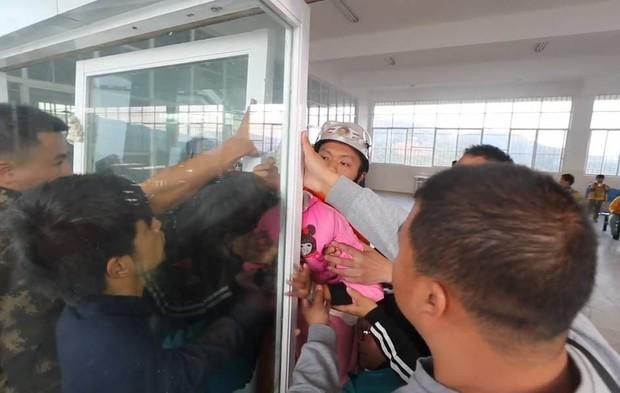 Trung Quốc: Mải đùa nghịch, bé gái 13 tuổi kẹt cứng đầu vào giữa cánh cửa kính - Ảnh 5.