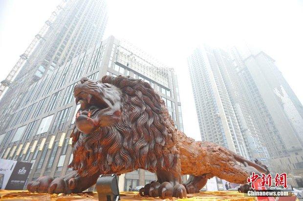 Bức tượng sư tử gỗ oai vệ cao 5m, dài 15m khiến người xem choáng ngợp - Ảnh 5.