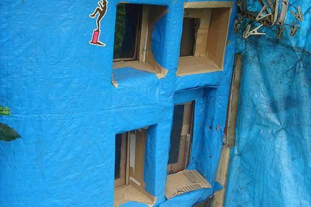 Người đàn ông sống chui lủi 3 năm trong căn gác mái nhà vệ sinh công cộng, tích trữ 500 chai nước tiểu - Ảnh 4.