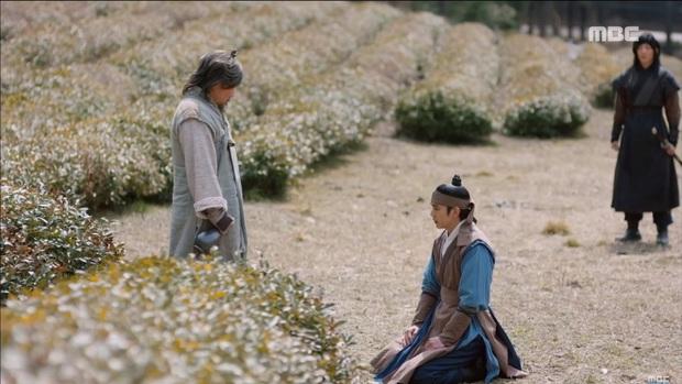 """""""Mặt Nạ Quân Chủ"""": Yoo Seung Ho đội mồ sống dậy, về quê vác giỏ kiếm cơm - Ảnh 6."""