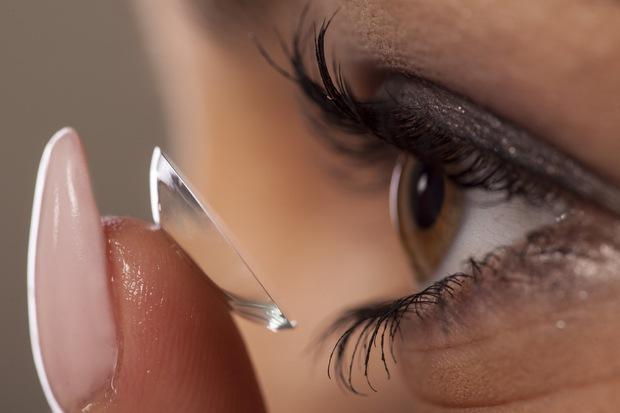5 sai lầm nhiều người mắc phải khi đeo kính áp tròng khiến mắt bị tổn thương nghiêm trọng - Ảnh 2.
