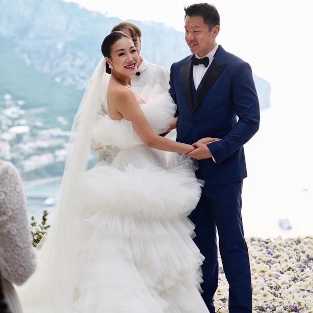 Váy cưới bồng bềnh như mây trắng của fashionista Hong Kong khiến bạn phải thốt lên: Liệu đây có phải mơ? - Ảnh 5.