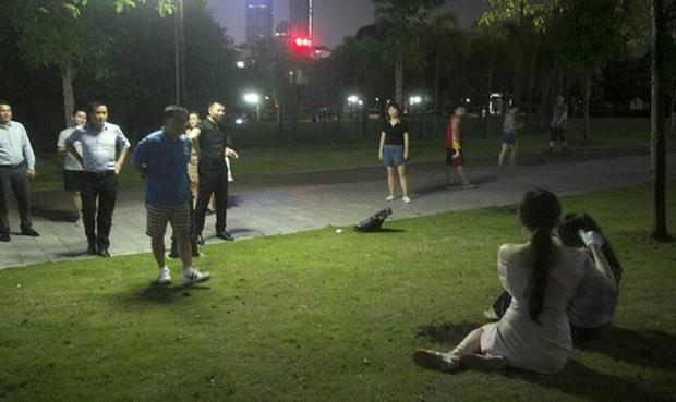 Hot girl lẽo đẽo đi theo người vô gia cư trong công viên và nguyên nhân thật sự khiến cho nhiều người bất ngờ - Ảnh 6.
