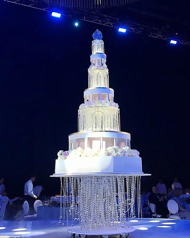 Đám cưới xa hoa nhất 2017: Đại gia khét tiếng kết hôn cùng người mẫu nóng bỏng, nhẫn cưới có giá hơn 200 tỷ đồng - Ảnh 3.