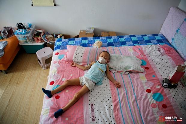 Nhật ký phiêu bạt ở Bắc Kinh của trẻ em mắc bệnh ung thư phải ở trong những căn nhà chật chội, kiếm tìm hy vọng sống - Ảnh 4.