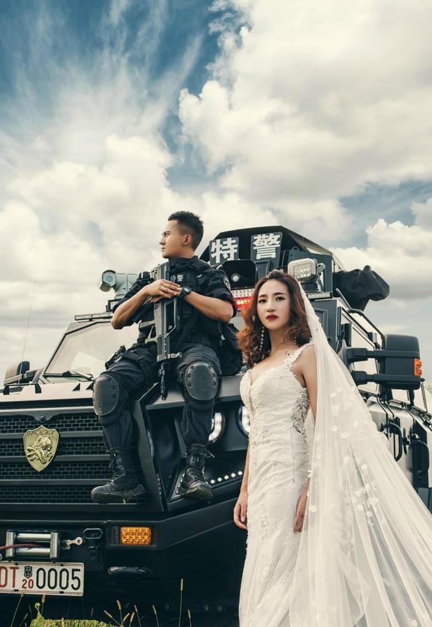 Không có thời gian ra ngoài, chàng cảnh sát đặc nhiệm điển trai đưa hôn thê vào khu huấn luyện chụp ảnh cưới - Ảnh 2.