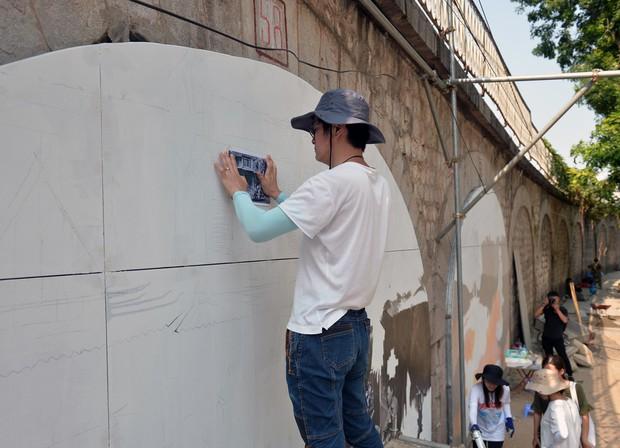 Hà Nội: Những bức bích họa đầu tiên được khai bút trên phố Phùng Hưng - Ảnh 5.