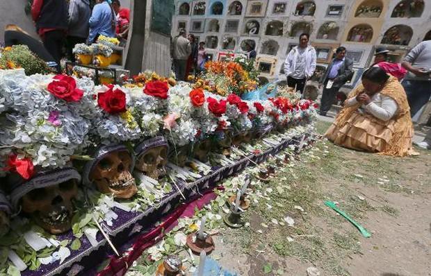 Lễ hội đáng sợ tại Bolivia: Đưa đầu lâu người thân dạo chơi khắp nơi cùng kính râm, mũ rộng vành như người còn sống - Ảnh 5.