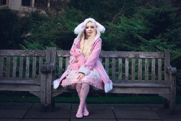 Cô gái trẻ ngày nào cũng mất vài tiếng trang điểm để hóa thân thành búp bê Lolita phiên bản người - Ảnh 4.
