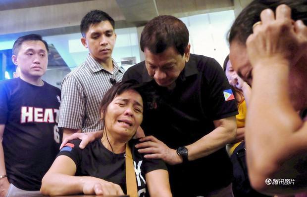 Tổng thống Philippines không kìm được nước mắt khi nghe tin 37 người thiệt mạng trong vụ hỏa hoạn - Ảnh 2.