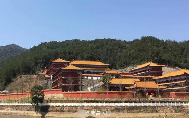 Sinh viên Trung Quốc thích thú với trường học có lối thiết kế như Hoàng cung, đi học như lên chầu - Ảnh 2.
