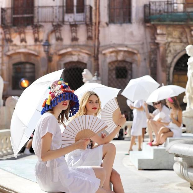 Có ai ngờ quạt giấy mà các cụ vẫn dùng nay lại là phụ kiện thời trang sang chảnh nhất hè này - Ảnh 6.