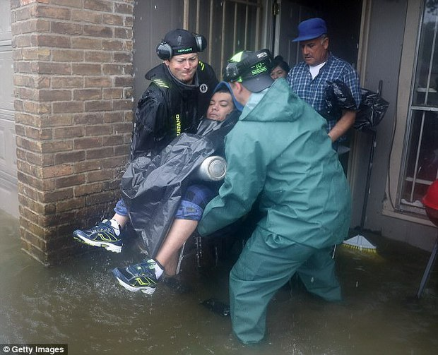 Cảm phục trước hình ảnh tuyệt vời của những anh hùng cứu người trong siêu bão mạnh nhất thập kỷ tại Mỹ - Ảnh 6.