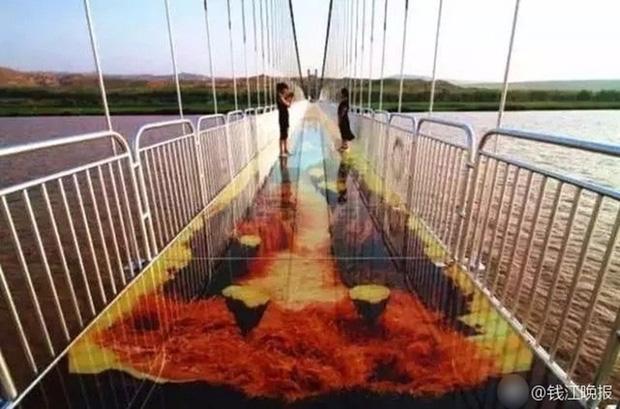 Trung Quốc: Du khách rụng rời chân tay khi ghé thăm cây cầu kính kết hợp công nghệ 3D - Ảnh 6.
