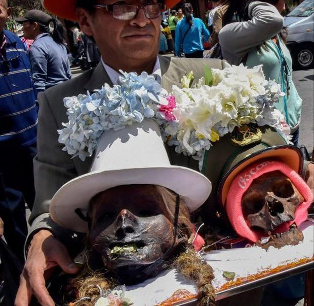 Lễ hội đáng sợ tại Bolivia: Đưa đầu lâu người thân dạo chơi khắp nơi cùng kính râm, mũ rộng vành như người còn sống - Ảnh 6.