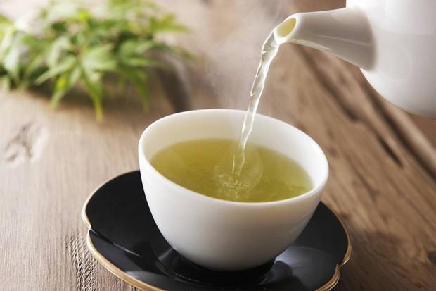 Uống trà xanh thay cho cà phê, bạn sẽ nhận ngay 6 lợi ích không phải thực phẩm nào cũng có đủ - Ảnh 4.