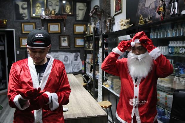 Chùm ảnh: Nhóm thợ xăm ở Sài Gòn hóa thành ông già Noel để tặng quà cho người lang thang đêm Giáng sinh - Ảnh 5.