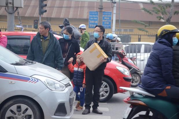 Đường phố Sài Gòn và Hà Nội đông đúc sau ngày làm việc cuối cùng trong năm 2017 - Ảnh 29.