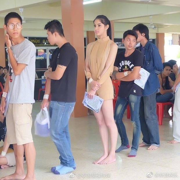 Hoa hậu Chuyển giới Thái Lan thu hút sự chú ý khi đi khám nghĩa vụ quân sự - Ảnh 1.