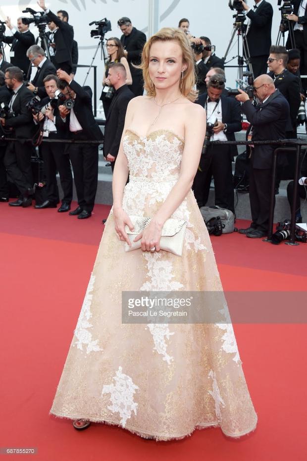 Nữ diễn viên vô danh diện váy hở bạo trở thành bà hoàng thảm đỏ tại Cannes - Ảnh 7.