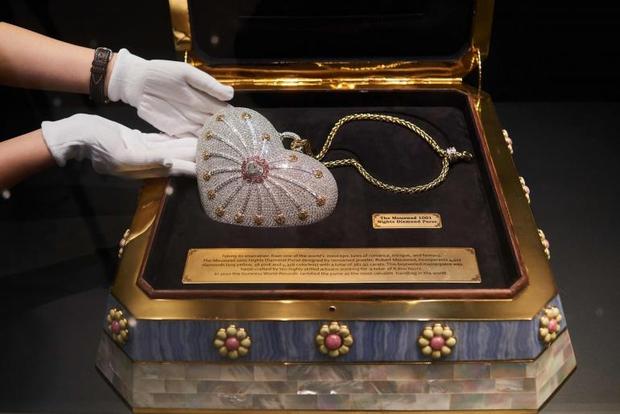 Thèm nhỏ dãi siêu túi xách đính 4.500 viên kim cương có giá hơn 86 tỷ đồng - Ảnh 3.
