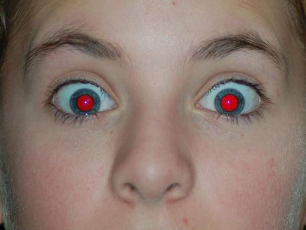 Ai cũng từng thắc mắc chụp ảnh ban đêm hay bị mắt đỏ, đây là lí do tại sao - Ảnh 1.