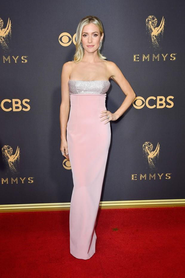 Thảm đỏ Emmy 2017: Dàn mỹ nhân xúng xính váy áo lộng lẫy như những công chúa, bà hoàng trong cổ tích - Ảnh 23.