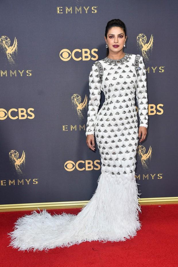 Thảm đỏ Emmy 2017: Dàn mỹ nhân xúng xính váy áo lộng lẫy như những công chúa, bà hoàng trong cổ tích - Ảnh 20.