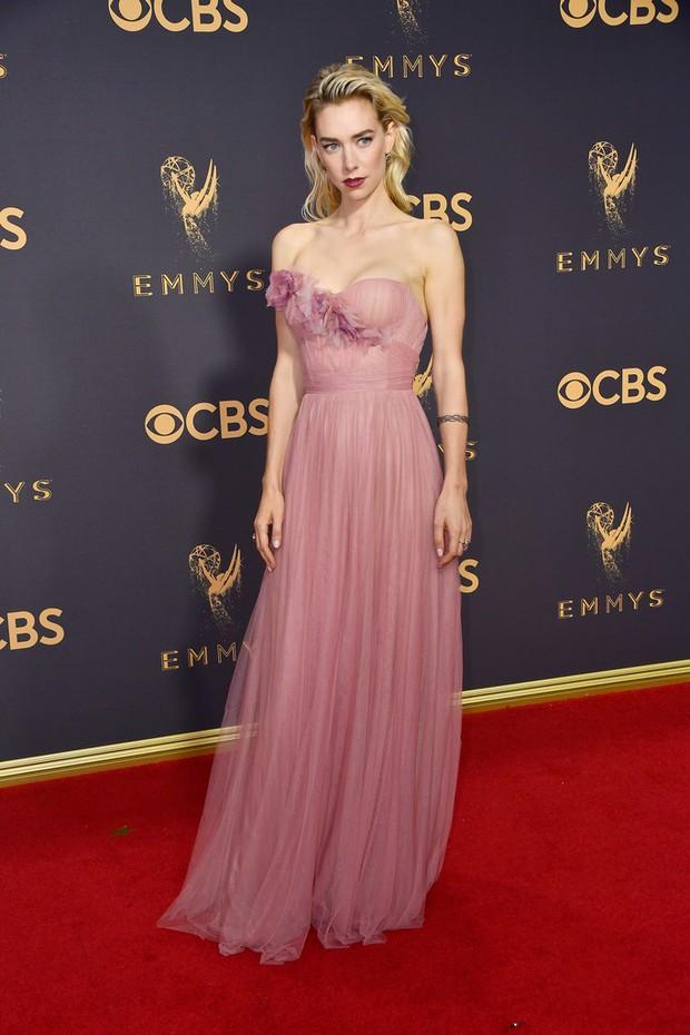 Thảm đỏ Emmy 2017: Dàn mỹ nhân xúng xính váy áo lộng lẫy như những công chúa, bà hoàng trong cổ tích - Ảnh 24.