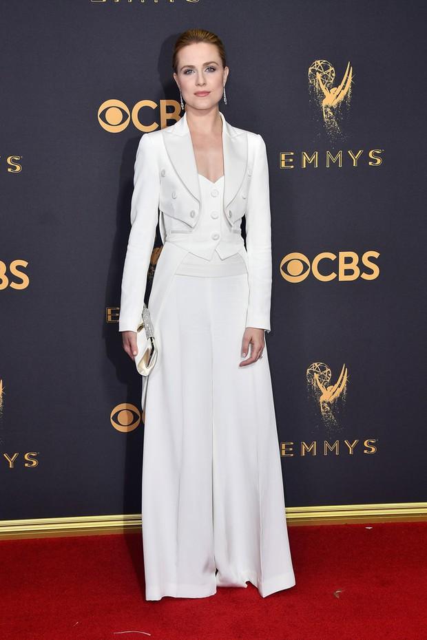 Thảm đỏ Emmy 2017: Dàn mỹ nhân xúng xính váy áo lộng lẫy như những công chúa, bà hoàng trong cổ tích - Ảnh 27.
