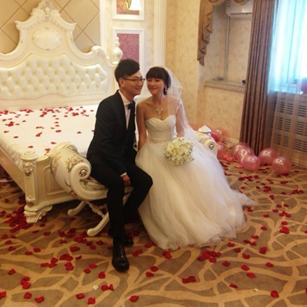 Sự thật về đám cưới có một không hai giữa phi công trẻ 21 tuổi và mẹ của bạn thân 55 tuổi - Ảnh 1.