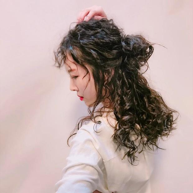 Chán tóc xoăn nhẹ nhàng, con gái Hàn rủ nhau làm tóc xoăn xù mì hoài cổ giống Sulli - Ảnh 6.