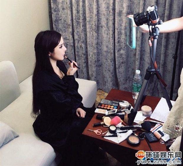 Hot girl mạng xã hội Trung Quốc méo mặt vì không chị em cây khế nào chịu đi dự đám cưới hoành tráng của mình - Ảnh 1.