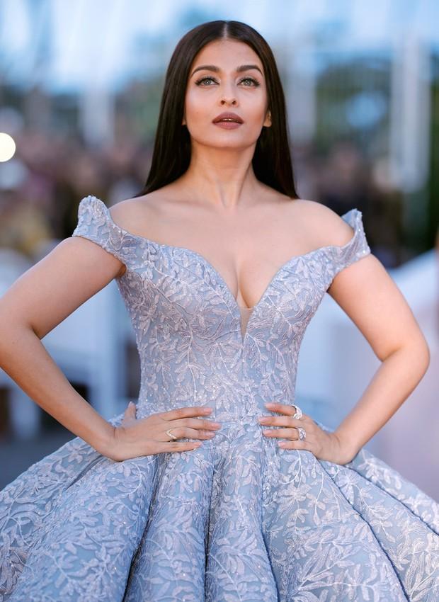 Cận cảnh chiếc đầm Lọ Lem đẹp nín thở của Hoa hậu đẹp nhất thế giới Aishwarya Rai trên thảm đỏ Cannes - Ảnh 7.