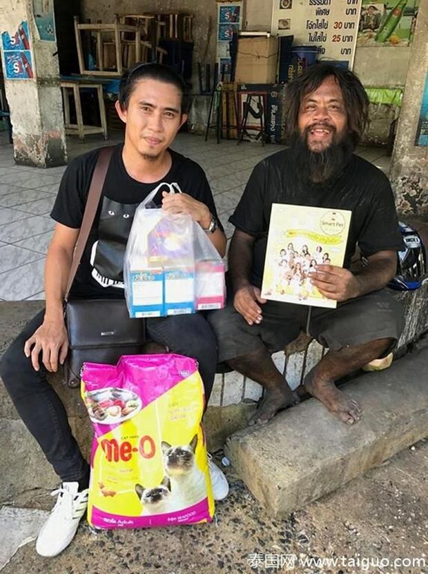Sống lang bạt khắp nơi, nhưng người đàn ông vô gia cư vẫn nhịn đói đi bán chanh để kiếm tiền nuôi lũ mèo hoang - Ảnh 8.